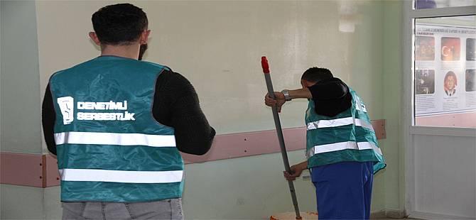 Rize'de Denetimli Serbestlik Yükümlüleri Okulların Bakımını Yapıyor