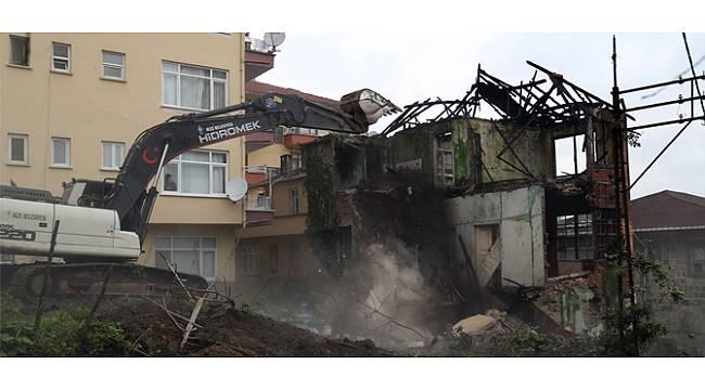 Rize'de Tinercilerin Mekanı Haline Gelen Bina Yıkıldı