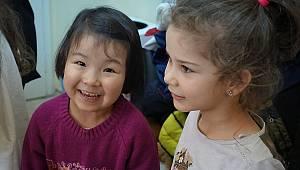Afgan ve Suriyeli çocuklara mutluluk taşıyorlar