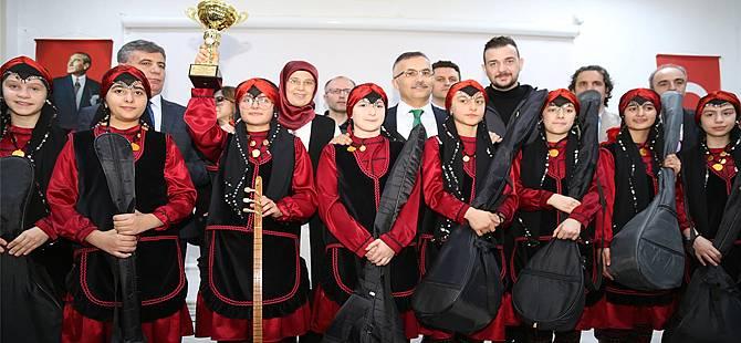Vali Çeber, Öğrencilere Bağlama Dağıttı