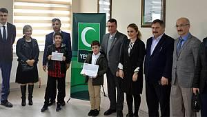 """""""İstiklal Marşını Güzel Okuma"""" Yarışmasında Kazandıkları Ödülü Yeşilay ile Darülaceze'ye Bağışladılar"""