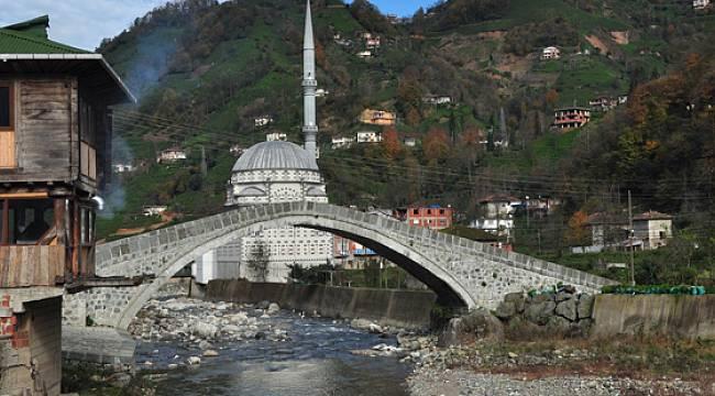 Rize'deki 200 Yıllık Tarihi Taş Köprü Bir Anda Yıkıldı
