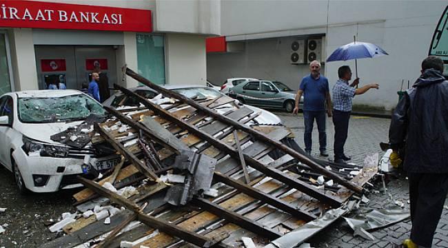 Rize'de Fırtına Çatıyı Uçurdu, 4 Araç Zarar Gördü