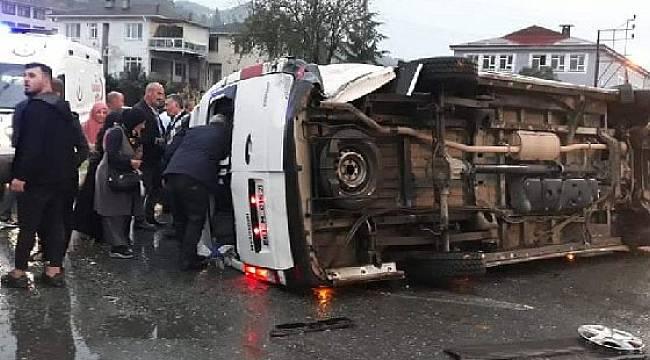 Yolcu Minibüsü ile Otomobil Çarpıştı: 2'si Ağır 20 Yaralı