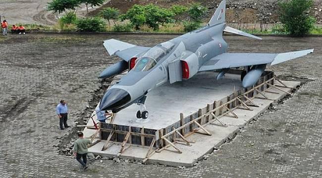F4 Fantom Savaş Uçağı Rize'ye Kondu