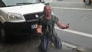 Yağmuru Özleyen Rizeli Sağanak Altında Duş Aldı